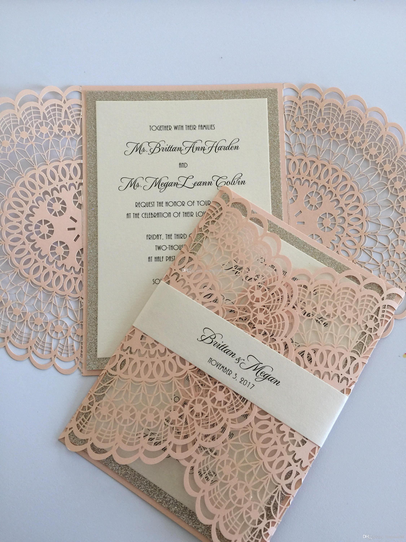 Invitación de boda de Doily de rubor, brillo rosado Die Cut Flora Fiesta de bodas invita a la banda del vientre, invitaciones gratuitas de compromiso de impresión