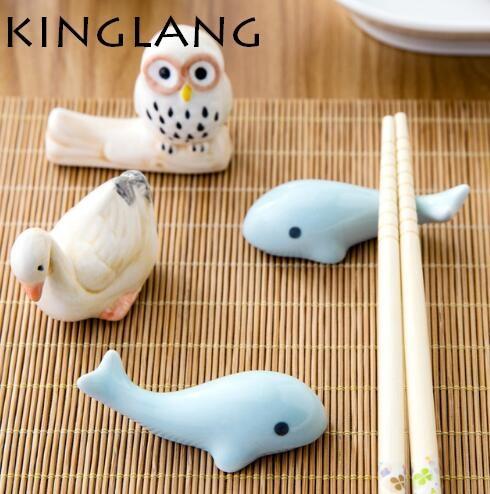 1 pz molto carino animale delfino bacchette holder Set stand regalo per i bambini casa moglie preferito può all'ingrosso