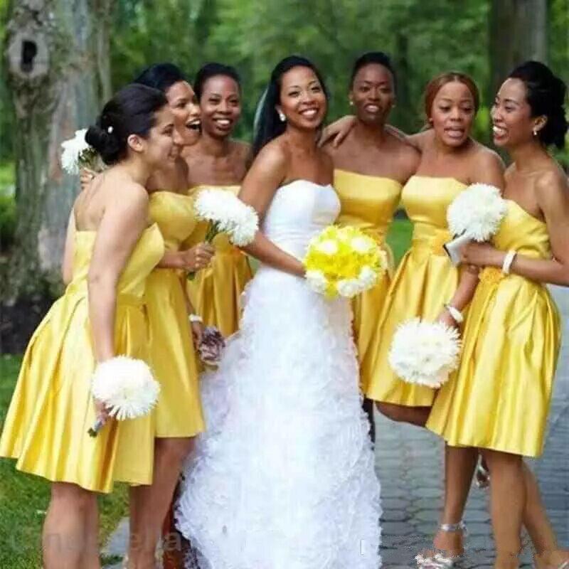 Semplice Breve damigella d'onore senza bretelle giallo knee-lunghezza Satin pulizia degli abiti onore per African Ragazze Invitato a un matrimonio abiti