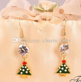 nouvelles boucles d'oreilles chaudes faites de cristaux de zircon sur un arbre de Noël européen pendant la période des fêtes