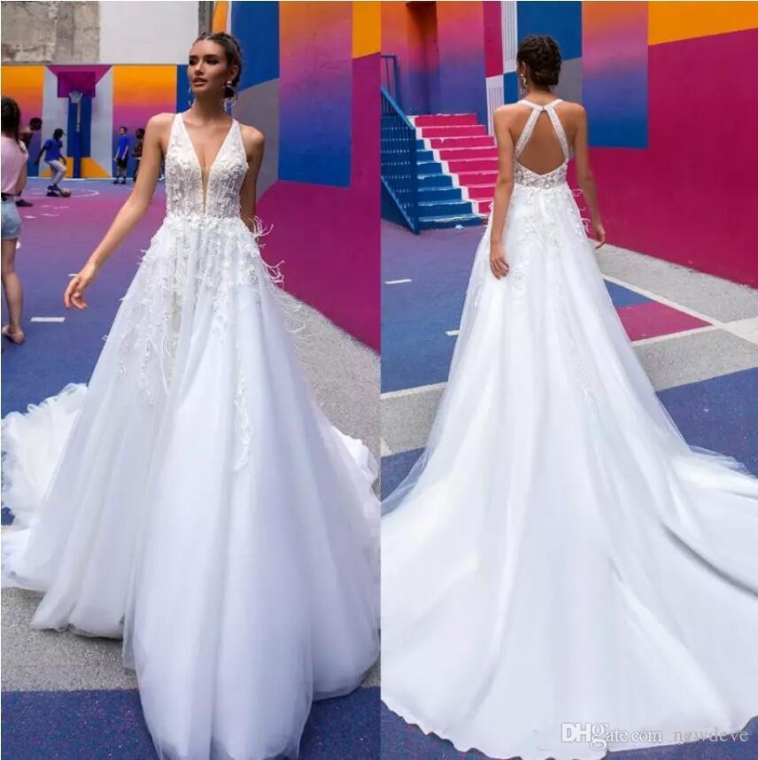 Vestidos de novia de plumas preciosos Grano escarpado Cuello hundido Vestidos de novia sin respaldo Barrer tren Tulle 3D floral Aplique una línea Vestido de novia