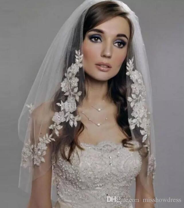 Vintage pizzo gomito lunghezza veli da sposa di Tulle del bordo del merletto in rilievo corto da sposa sposa accessori da sposa veli con il pettine