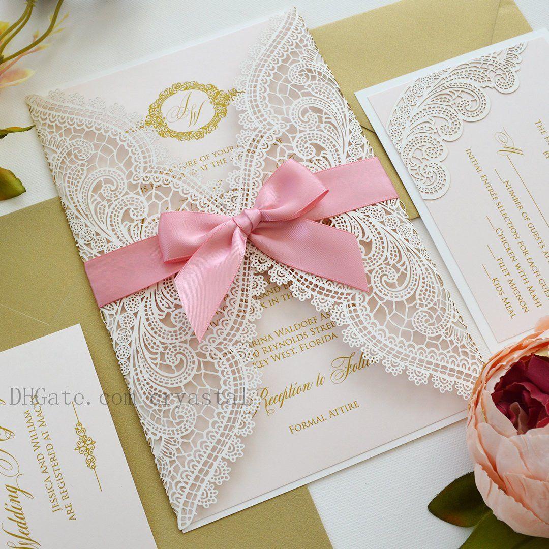 Invitation de mariage laser de dentelle rose pâle et blanc et blanc avec encre d'or métallique et arc de ruban rose pivoine