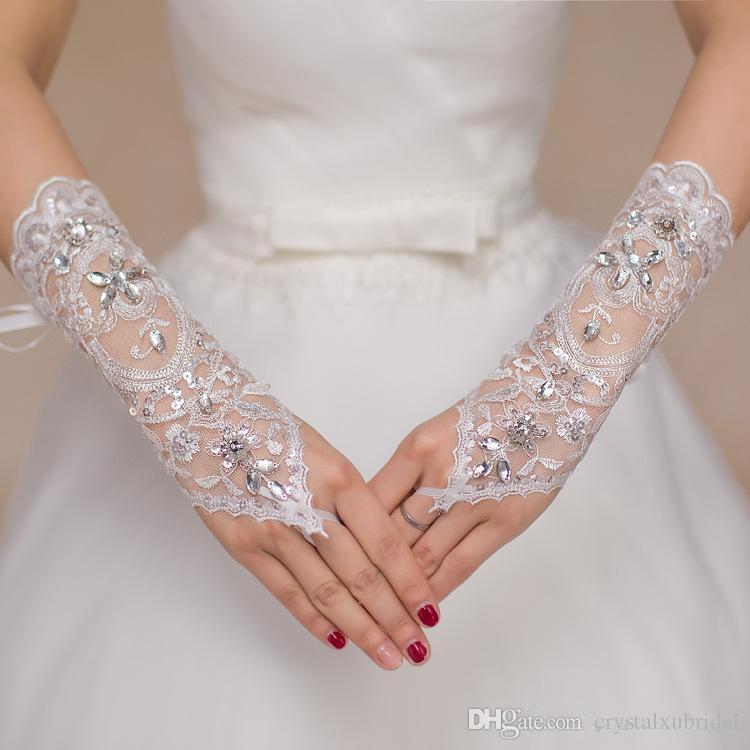 2018 Короткие кружевные свадебные перчатки невесты Свадебные перчатки из бисера Кристаллы Свадебные аксессуары Кружевные перчатки для невест без пальцев ниже локтя