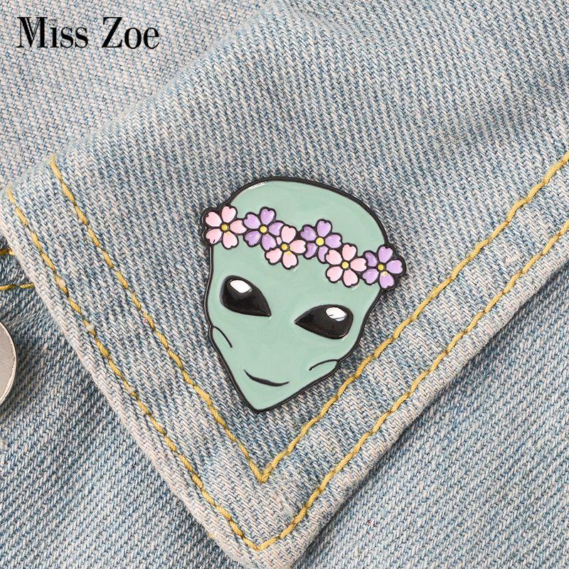 Alien Emaille Pin Kranz Saucerman Brosche Button Badge Revers Pin Kleidung Umhängetasche Universe erkunden Schmuck Geschenk für Kinder Freunde