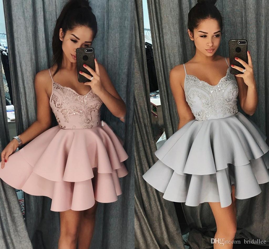 2018 Vestidos cortos de HomeComing en V Correas de espaguetis Correas de encaje Satin TIERED Gris Blush Short Vestidos de baile con cremallera para arriba