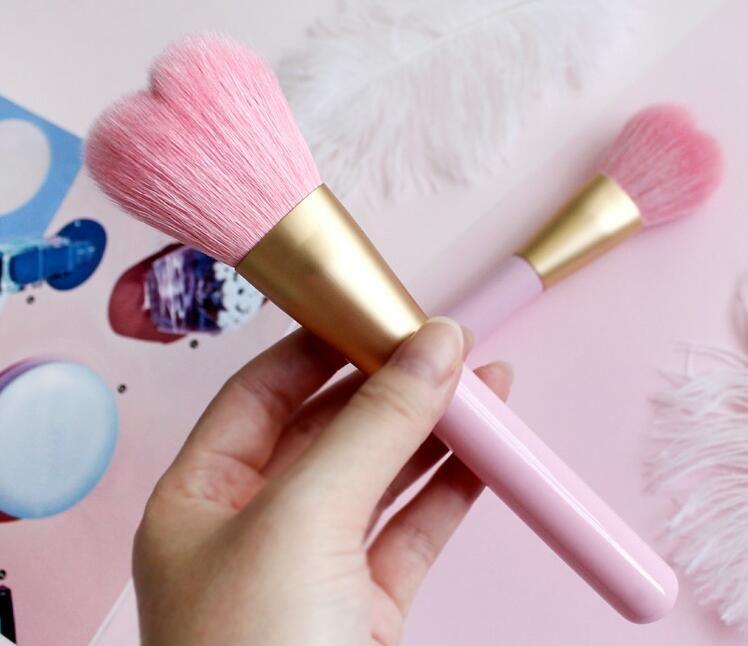 La forma del corazón lindo solo se ruboriza cepillo del maquillaje del polvo del cepillo del pelo de la cabra con el cepillo rosado de los PP de la manija