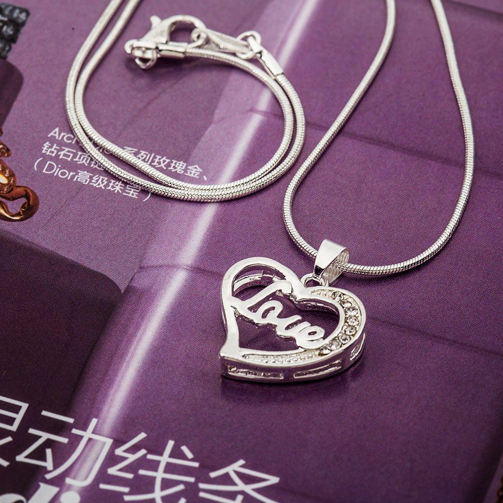 Exquisito collar de corazón cadena de clavícula de amor Accesorios de joyería de explosión collar de amor al por mayor Collares de diamantes de imitación