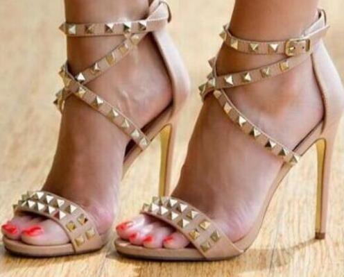 Envío gratis Remaches de oro Sandalias de tacón alto Mujeres recorte Correa cruzada Zapatos de vestir de boda Tobillo Wrap Stud Sandalias de tiras