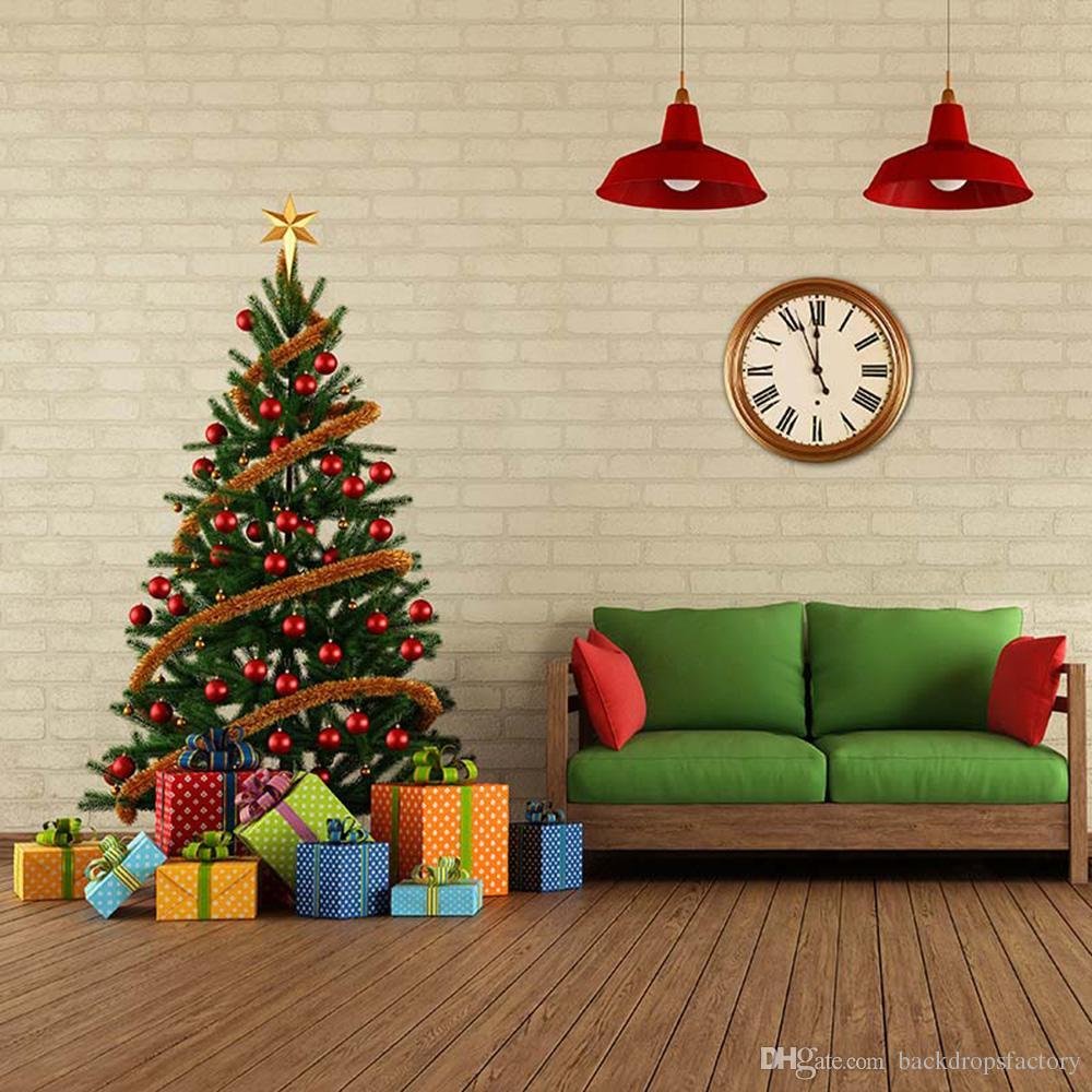 Главная Xmas Party Photo Backdrop Printed Brick Wall Clock Bench представляет красные огни шары Рождественская елка фон Деревянный пол