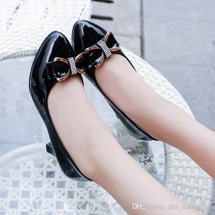 Die wilden Single-Schuhe für Frauen im Frühling und Herbst sind in Schwarz und Weiß mit hochhackigen Lackleder-Damenschuhen gearbeitet