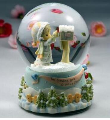 Uma menina uma caixa de música caixa de música bola dom neve cristal dia criativo do nascimento da menina