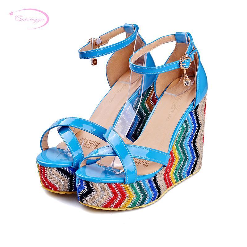 도매 달콤한 스타일 여름 샌들 패션 버클 플랫폼 색상 블루 레드 블랙 하이 힐 쐐기 여성 신발 일치하는