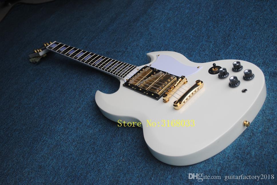 nouvelle arrivée guitare électrique personnalisée en couleur blanche. avec 3 micros. quincaillerie couleur or, guitare HRA SALE haute qualité
