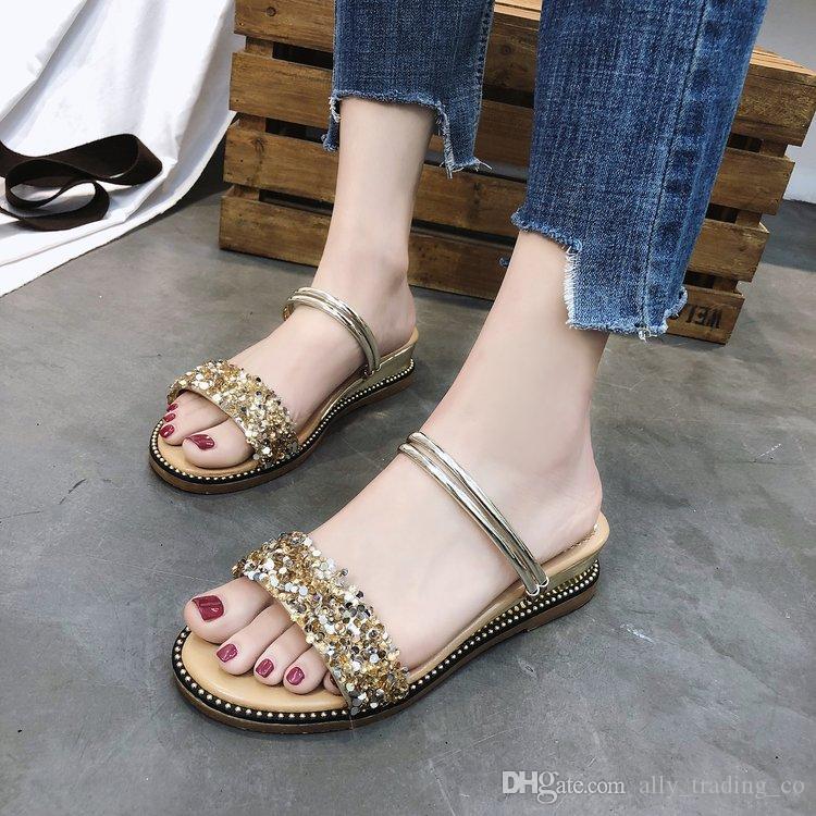 Weibliche Sommer 2018 der weiblichen Sandalen neue koreanische Version der zufälligen Steigung der wilden Abnutzung mit einem Wort mit zwei tragen flache Strandsandalen