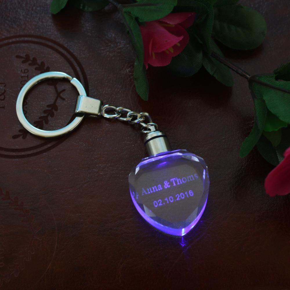 10 PCS Personalisierte Hochzeit Schlüsselanhänger Herz Crystal Keychain Wunschname Datum Favor Geschenk Paare Party Geschenke Bunte LED-Leuchten