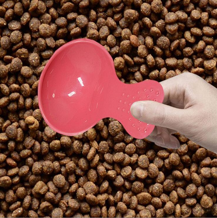 مستلزمات الحيوانات الأليفة مجرفة المواد الغذائية عالية الجودة مختلف ألوان كاندي الغذاء لطيف شكل قلب الحيوانات الأليفة ملعقة صغيرة القطط الكلاب جرو مجرفة الغذاء