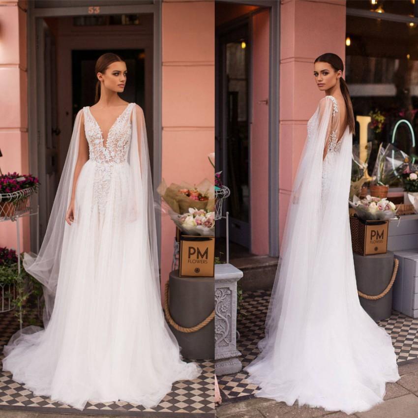 Diseñado 2019 Nuevo Una línea de vestidos de novia con capa transparente Una línea de apliques Cuello en V bajo Parte posterior larga Verano Boho Vestidos de novia