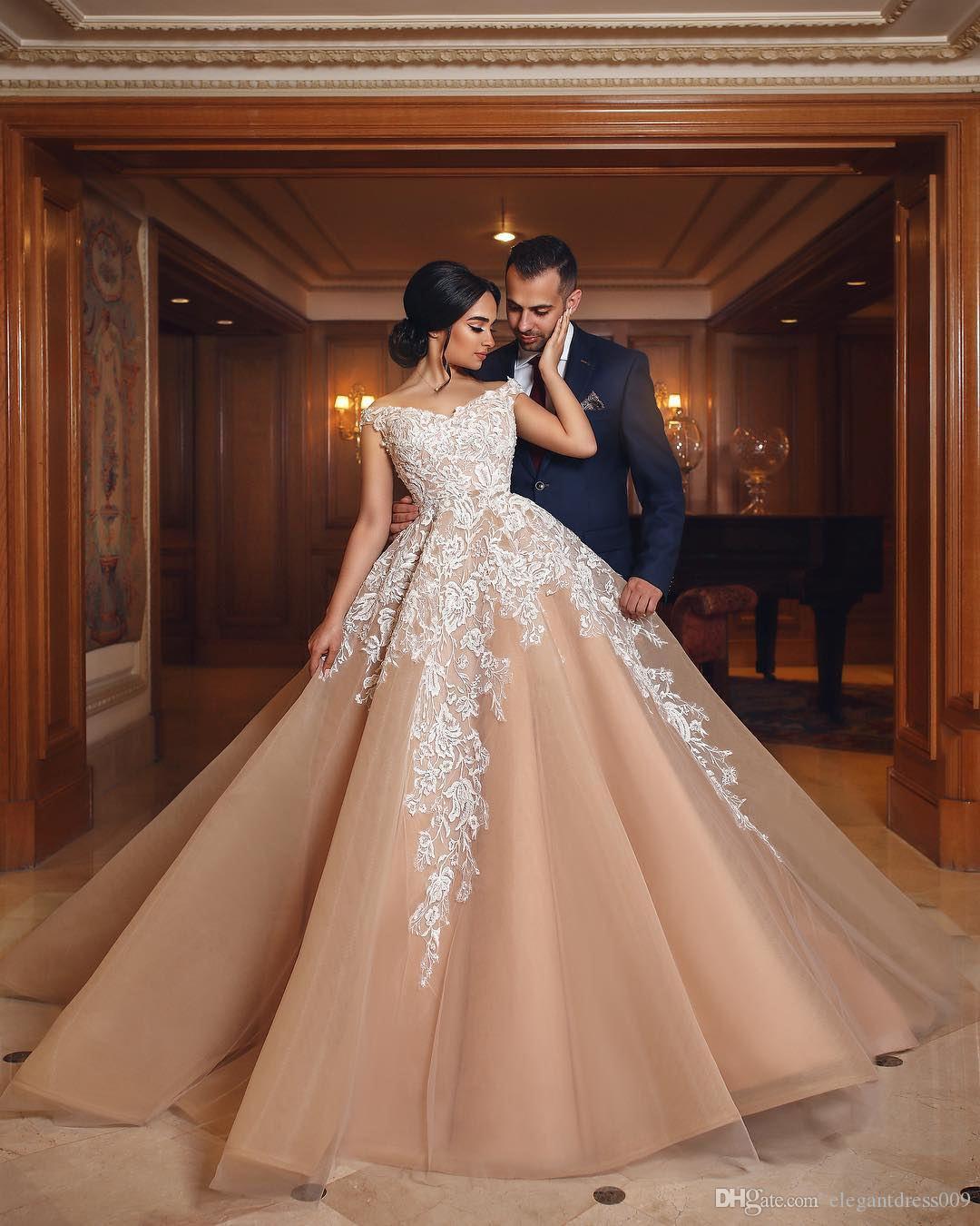 Elegante Champagne 2018 A Line Lace Prom Dresses Off spalla bianca Applique Sweep Train Abiti da sera Abito formale vestidos de fiesta