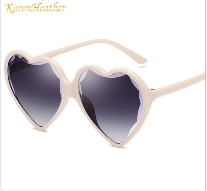 Óculos de sol, corações de pêssego na moda, óculos de sol invertidos, senhoras masculinas com os mesmos óculos.