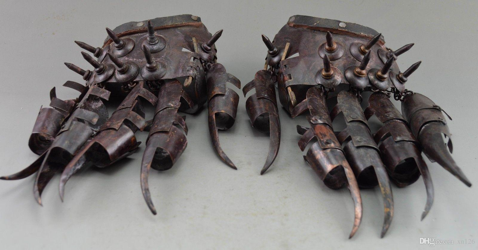 Древние Предметы Коллекционирования Украшали Старые Медные Кованые Защитные Перчатки Во Время Войны