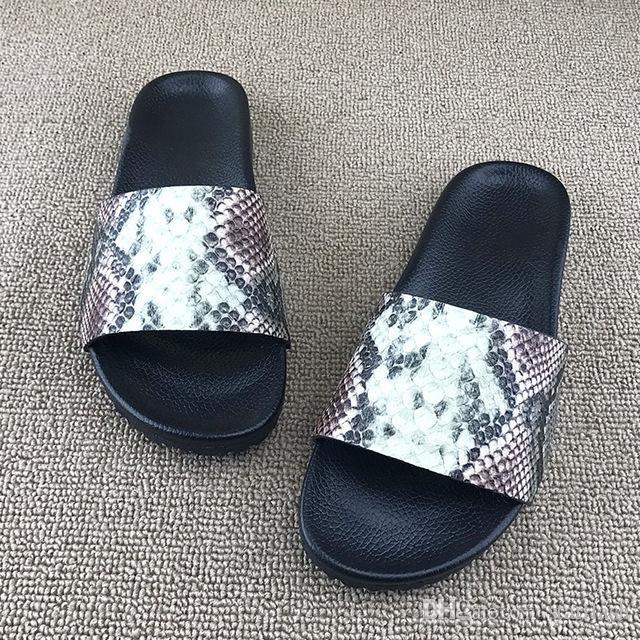 Kadın Erkek Tasarımcı Sandalet Lüks Slayt 2018 Yaz Geniş Düz Plaj Kalın Sandalet Unisex Terlik Flip Flop Yılan Ayakkabı Boyutu: 35-44 Q-160