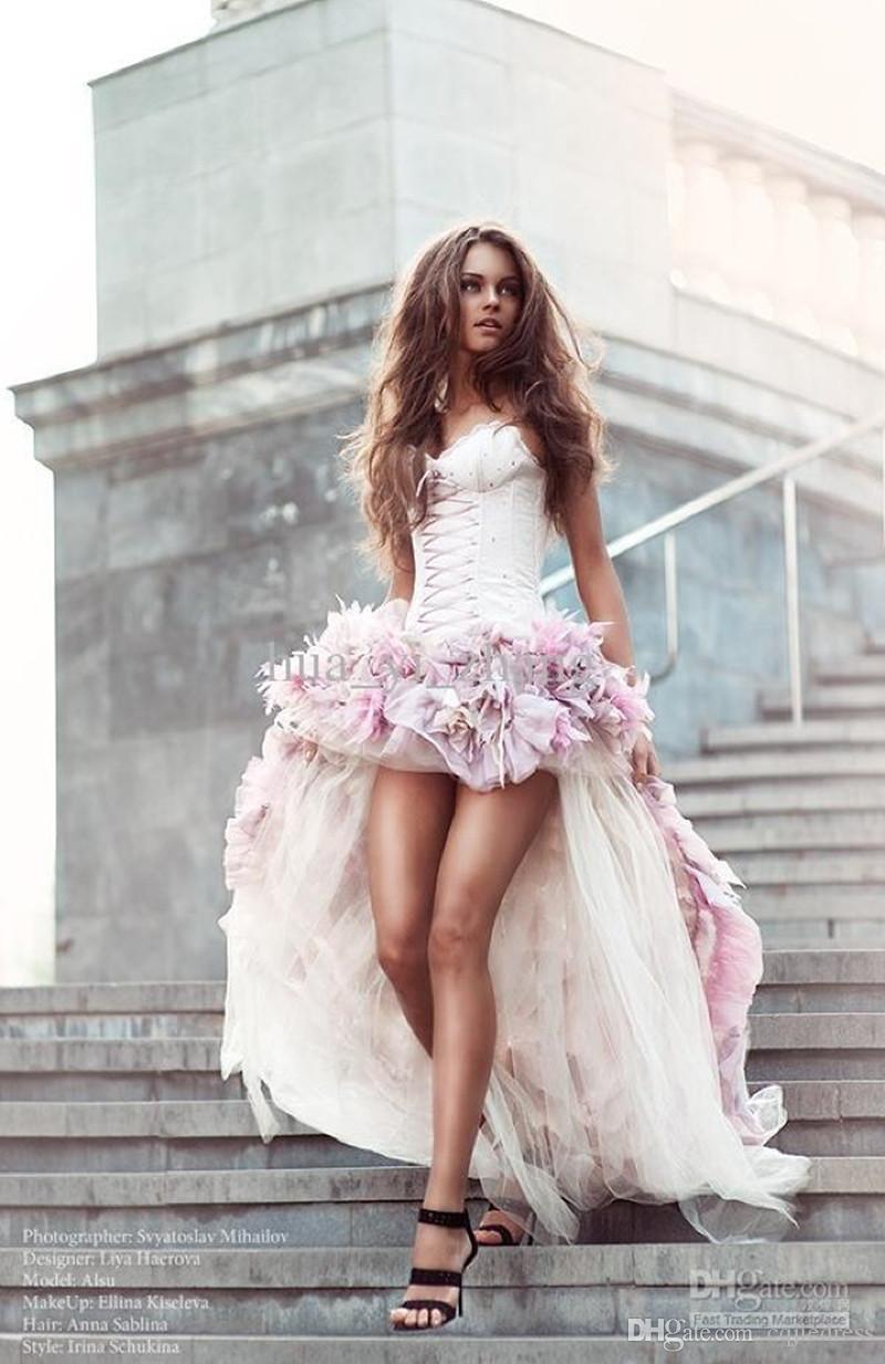Vestidos de novia de la playa delantera cortos y largos de una línea con flores hechas a mano 3D alrededor de Tulle HI-LO Vestidos de novia coloridos Vestido de