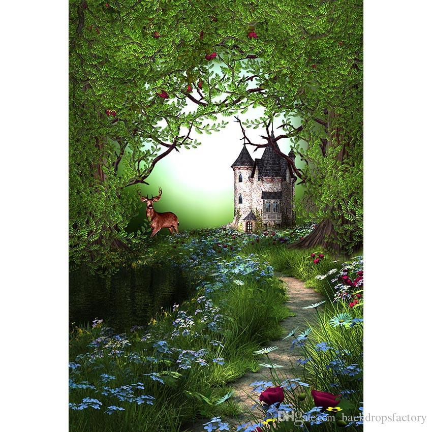 Sfondo foresta incantata Vecchi alberi Cervo Fiori blu Rose rosse Erba verde Natura Paesaggio Castello Bambini Fondali da favola