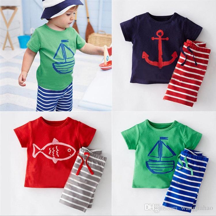 2018 vestiti del bambino Ragazzi Cartoon ancorare pesce a righe abiti casual 2pcs barca a vela imposta T-shirt + pantaloni 2 pezzi vestito bambini vestiti