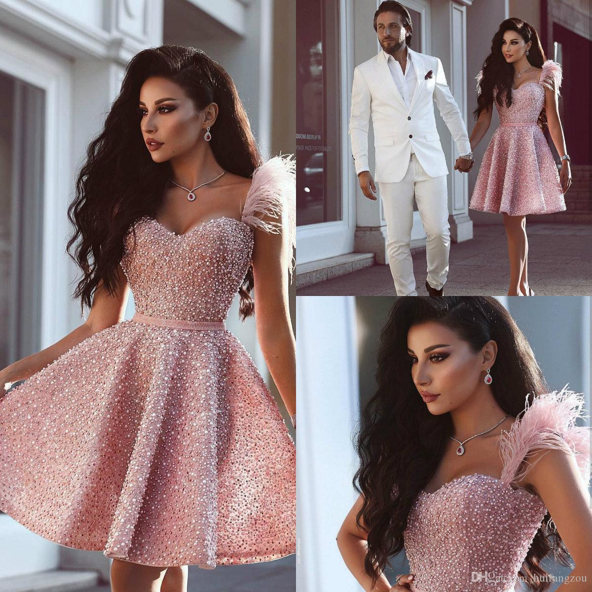 Luxe Personnalisé Robe De Bal Longueur Au Genou Major Perles Paillettes Rose Plumes Conception Homecoming Party Robes Robes De Soirée