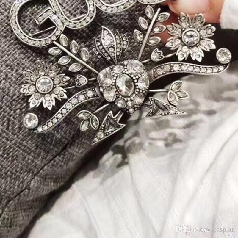 Spilla di lusso per le donne strass lettere spilla di design vestito spilla gioielli di alta qualità con spedizione veloce