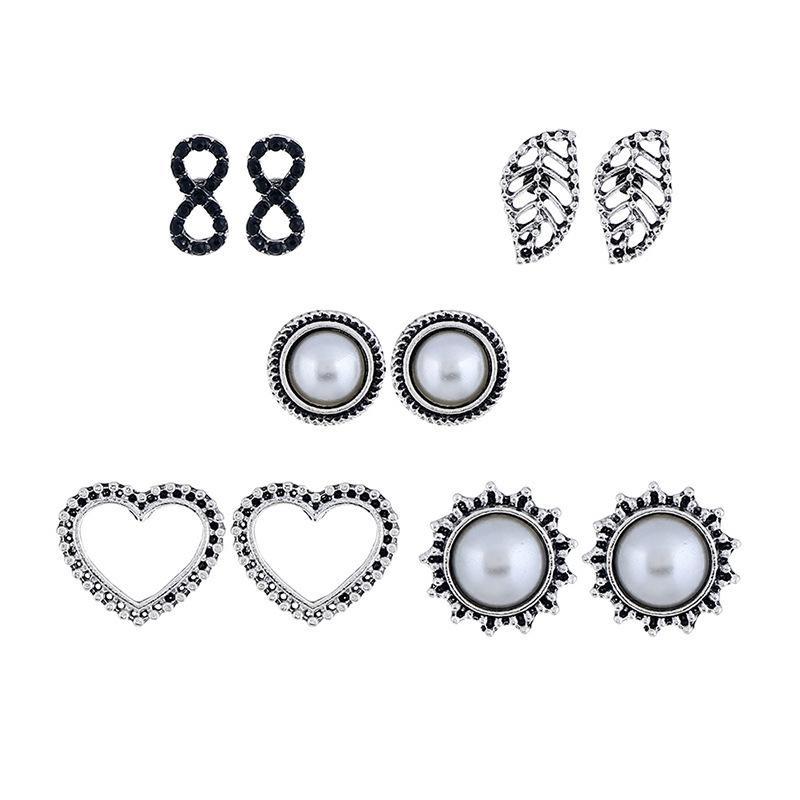De nouvelles boucles d'oreilles en argent combinent des coeurs, des feuilles, des perles d'imitation, des pendentifs sculptés vintage, de petits bijoux en gros
