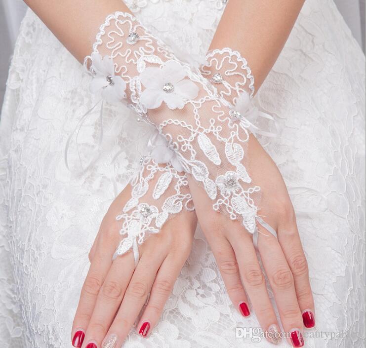 barato New Sexy luvas sem dedos Luvas de Noiva Do Casamento Acessório Luvas de Renda Frisado Acessórios Do Casamento de Pulso Comprimento Livre grátis