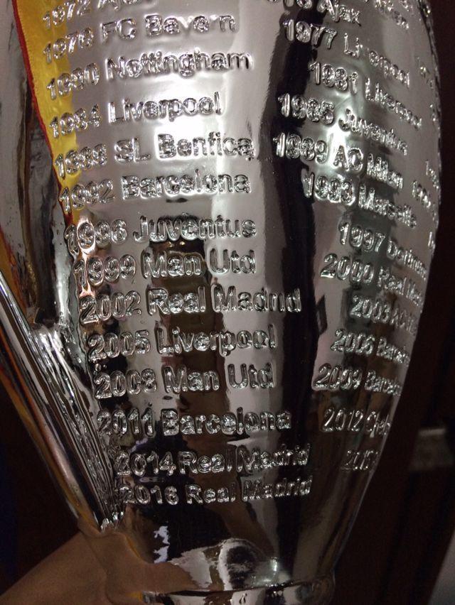 2021 دوري آر أبطال أوروبا الكأس الكبير 45 سم مراوح كرة القدم للمجموعات المعدنية الفضة اللون الكلمات مع مدريد