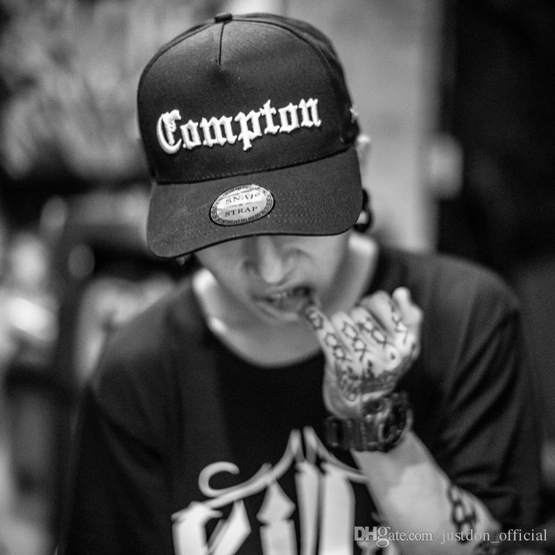 SNAP STRAP Headwear Logotipo Compton Bordado Strapback Hip Hop 5 painéis BaseBola Tampas Para Homens Mulheres Em Preto Camo Ajustável One Serve Para Todos