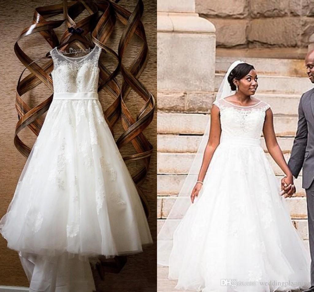 Elegante kurze Braut Brautkleider 2019 Kristalle Perlen Sheer Scoop Hals Kappe Ärmeln Applikationen Spitze Kleider Weihnachten Plus Size Kleid 49