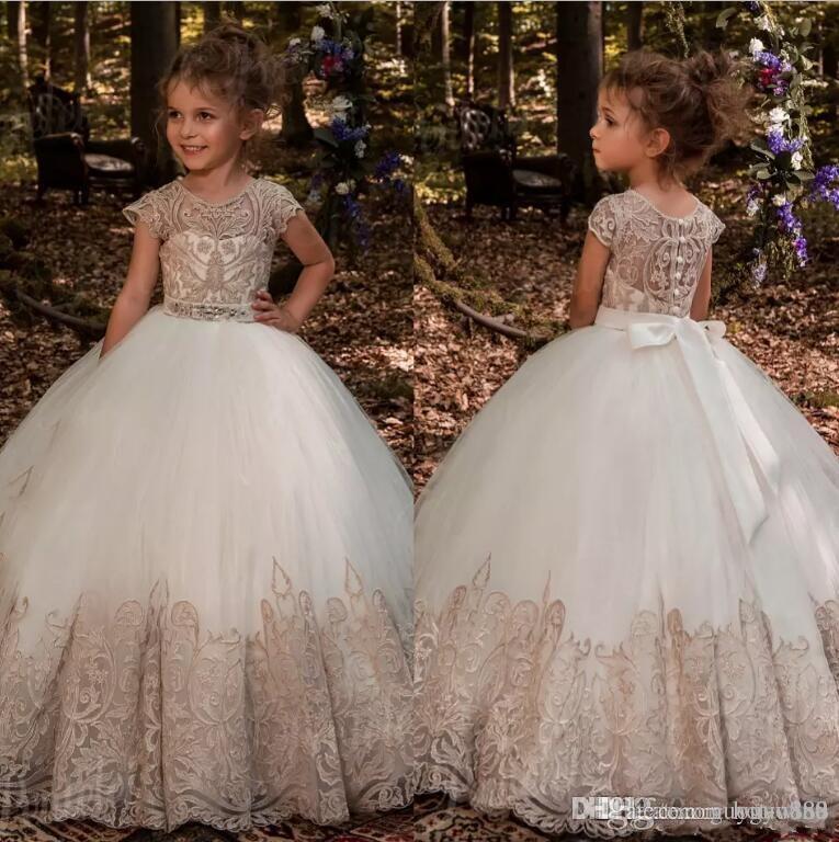 Vestidos de niña de las flores para bodas barato Imperio Champagne encaje Ivory Tulle primeros vestidos de comunión Boho longitud del piso casquillo mangas