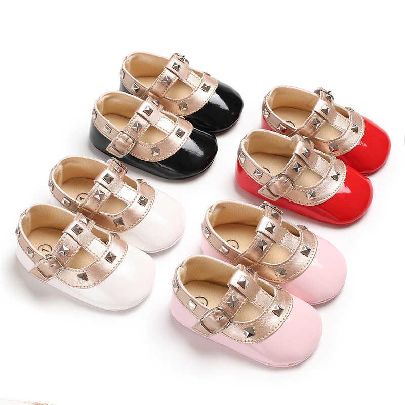 Mignon nouveau-né fille premiers marcheurs goujons en cuir chaussures pour 3 ~ 18 m bébé rivets t-bar bébé chaussures crochet boucle pré-marcheurs roses
