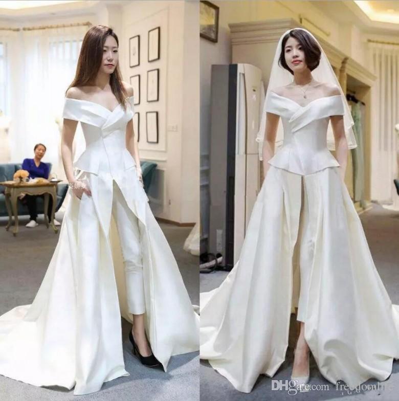 vari colori 5551f 3e589 Acquista New Designer Tute Da Sposa Raso Con Pantaloni Abiti Da Sposa  Overskirt Off The Shoulder Vestido De Novia 2018 Vestito Formale Da Ospite  A ...