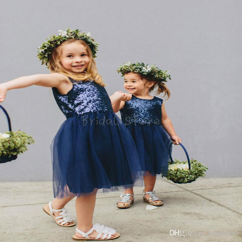 Vintage Navy Blue Top Pailletten Blumenmädchenkleider billig knielangen Ausschnitt Tüll Land fallen kleine Mädchen Festzug Kleider Einfache Junior