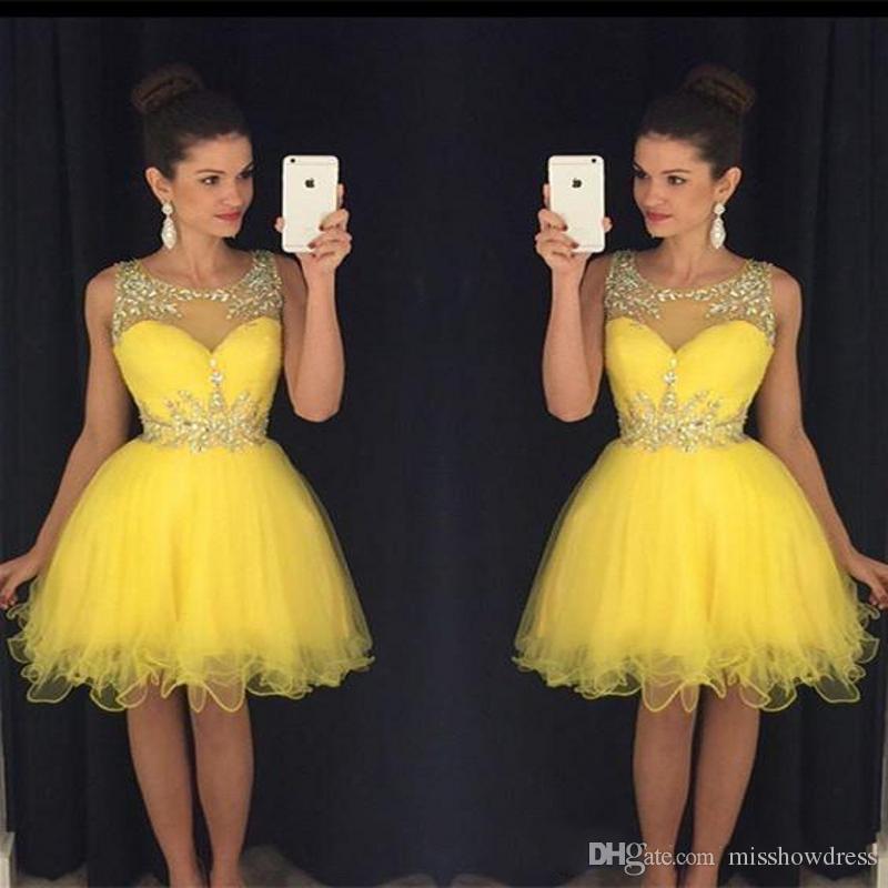 2018 Seksi Sheer Jewel Boyun A-Line Mezuniyet Elbiseleri Sarı Zarif Boncuk Kristaller Kolsuz Kokteyl Elbiseleri Mini Kısa Gelinlik Modelleri