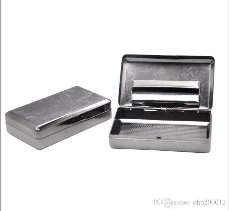 Metal sigara içme kiti, nem kutusu, tabanca ve siyah tütün kutusu.