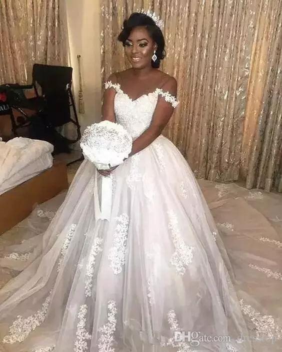 Sexy Schulterfrei Brautkleider Sweep Zug Eine Linie Spitze Brautkleider Saudi Arabisch Afrikanische Dubai Backless Strand Brautkleider