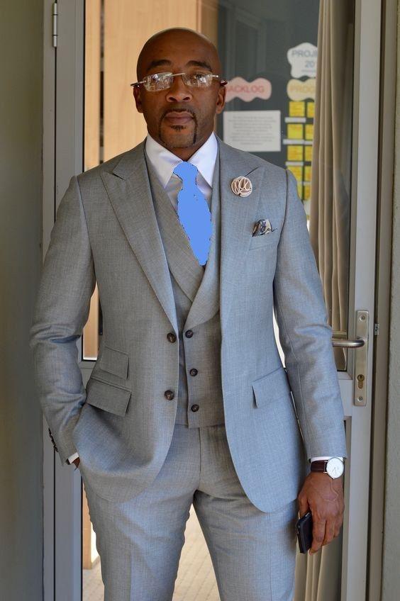 Alta calidad dos botones gris claro Novio esmoquin pico solapa padrinos de boda Mejor hombre trajes de boda para hombre (chaqueta + pantalones + chaleco + corbata) D: 188