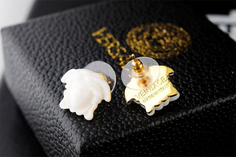 (جيانجيو) ذات النوعية العالية من المشاهير المصممين النساء حروف الأقراط الماسية أزياء الحلق الذهبي المعدني مع صندوق