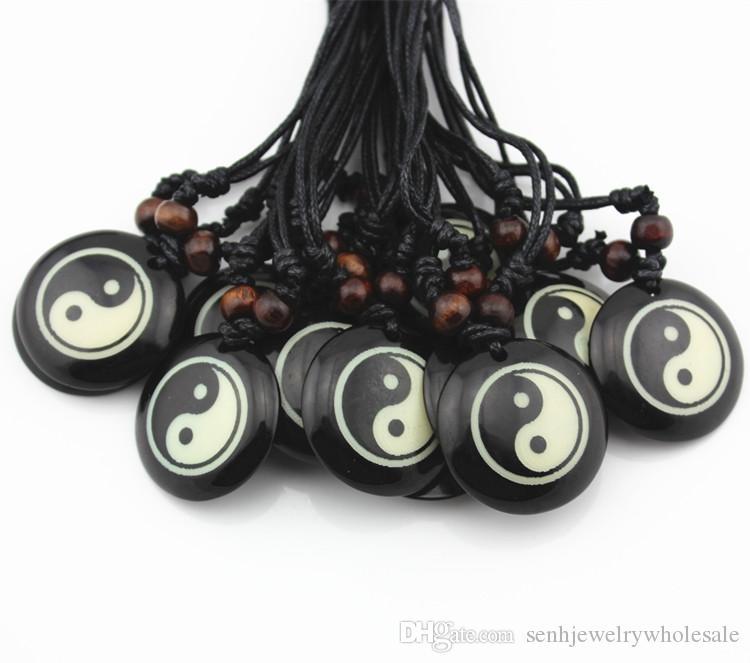 Adatti il lotto 12pcs / LOT all'ingrosso della resina che intaglia il taoismo Tai Chi Yin Yang collana rotonda del pendente Regalo fortunato MN355
