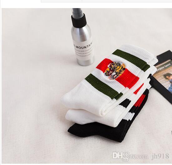 Ropa ocasional bordado tigre Tide Marca Tigre bordado Calcetines Hombres Mujeres Pareja de rayas jacquard calcetines blancos del calcetín 36 -44