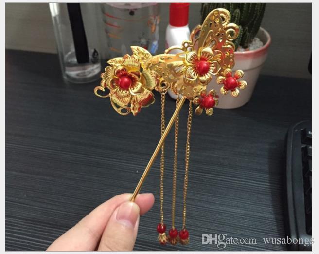 El traje antiguo de la novia tiene flecos, horquilla roja y accesorios de peluquería clásica china.