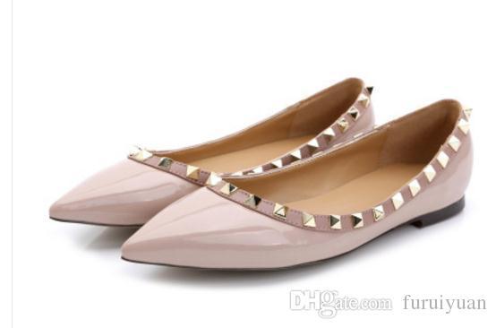 Free отправить Hot 2018 года новых заклепок стиля на плоскодонных одиночных ботинки женщин в Европе и Америке