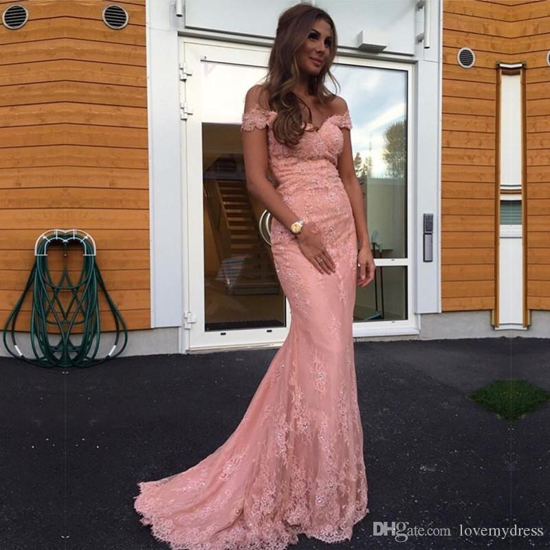 Coral Off Shoulder Lace Prom Evening Dresses Elegant Billiga Designer Med Ärmes Applique Sequins Beaded Backless Zipper Långa Formella Kappor